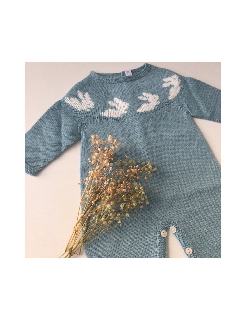 Pelele para bebe azul turquesa con cenefa de conejitos Paloma de la o