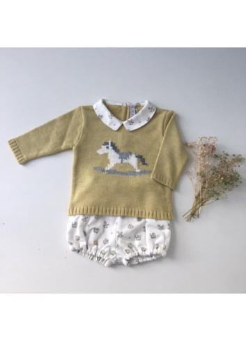 Conjunto formado por culetin estampado y sueter de punto con cuello bebe de la marca Paloma de la O