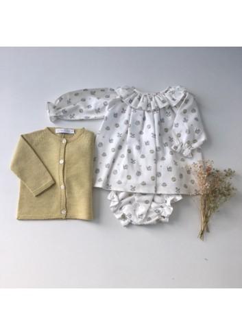 Conjunto formado por jesusito estampado caballitos ( Incluye braguita ) y chaquetita de punto amarilla de Paloma de la O