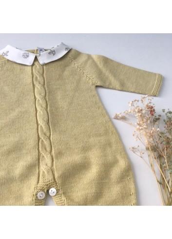 Pelele bebe de punto amarillo con cuello bebe con estampado de caballitos de Paloma de la O