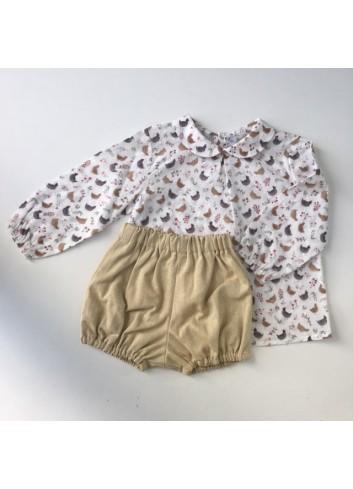 Conjunto formado por camisa cuello bebe de plumetti con estampado de gallinas y culetin amarillo de espiga de Paloma de la O