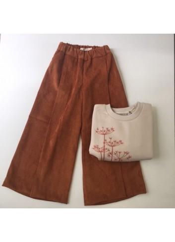 Pantalon capri de micro pana en color caldero de Mia y Lia