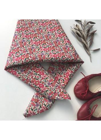 Pañuelo de flores rojo de la marca Mia y Lia, disponible blusa a conjunto.