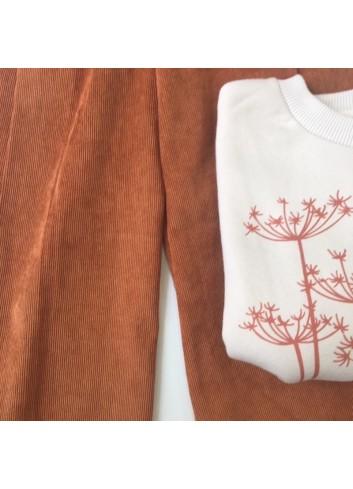 Sudadera color arena con flor naranja, manga abullonada de Mia y Lia