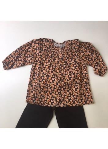Blusa negra con cuello de volante y estampado de flores naranjas Mia y Lia