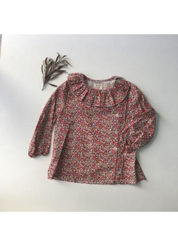 Blusa de flores roja con linea de botones lateral y detalle de volante en cuello y lateral, de la marca Mia y Lia