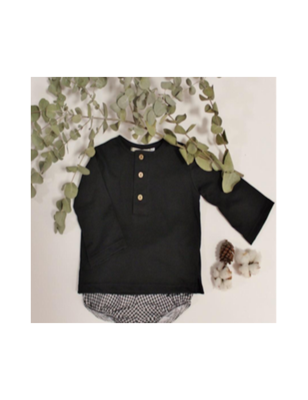 Camiseta negra de negro cuello mao con botones de El tocador de Victoria