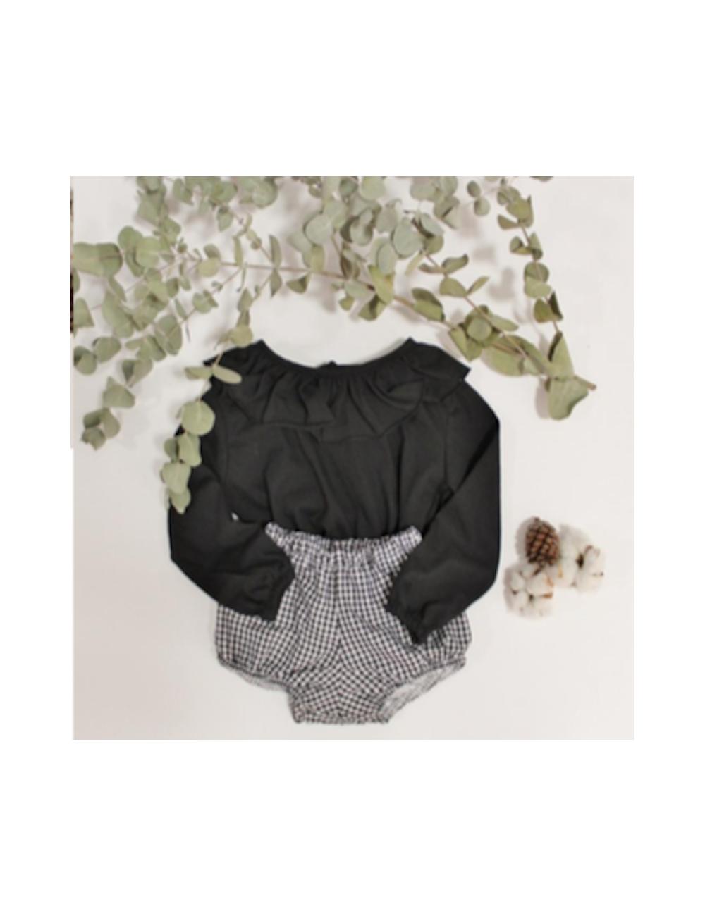 Camiseta negra con volante en el cuello de El tocador de Victoria