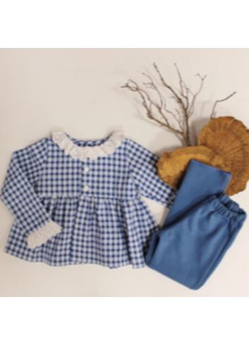 Blusa niña vichy azul con detalle de puntilla en el cuello y en los puños de El tocador de Victoria