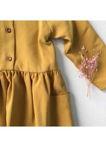 Vestido color mostaza con corte en cintura y bolsillos laterales, de la marca Mia y Lia.