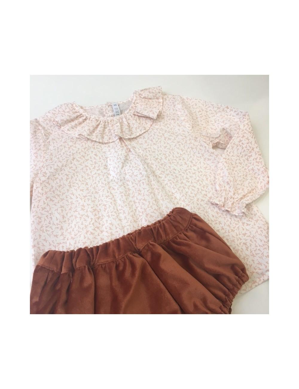Blusa con estampado de florecitas color caldero con cuello de volante de Paloma de la O