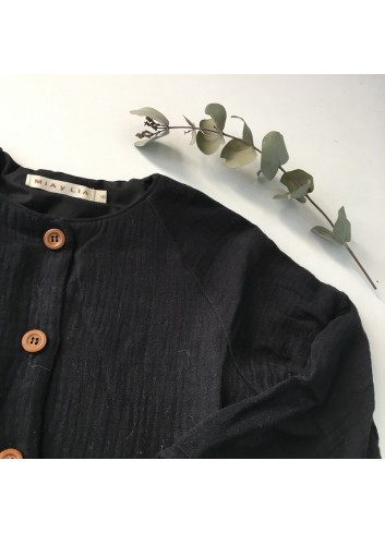 Vestido negro con corte en cintura y bolsillos laterales, de la marca Mia y Lia.