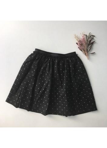 Falda negra con estrellas plateadas y cintura elástica, de la marca Mia y Lia.