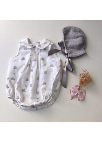 Pelele plumetti elefantes y cometas con cuello bebe y jaretas en el canesu, de la marca Paloma de la O