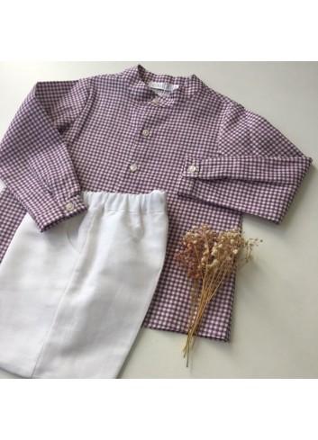 Conjunto formado por bermuda de lino blanca y camisa cuello Mao vichy lila, de la marca Paloma de la O
