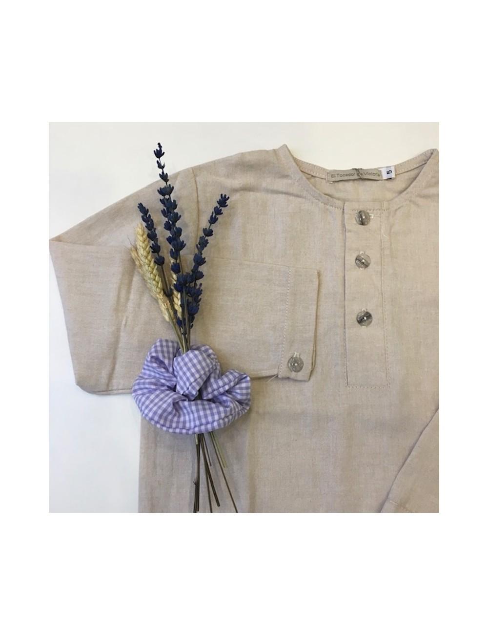 Camisa polera cuello mao de lino color arena de El tocador de Vioctoria
