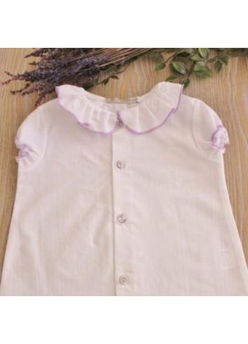 Camisa de batista blanca con cuello volante y ribete color lavanda