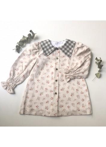 Vestido de florecitas en colores tostados y caldero, recto, con cuello de picos en vichy verde olivo, de la marca Paloma de la O
