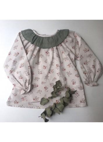 Blusa de florecitas en tonos tostados y caldera, con cuello volante en bambula verde olivo, de la marca Paloma de la O