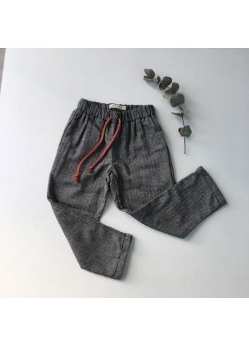 Pantalón de espiga gris con cintura elástica de la marca Mia y Lia.