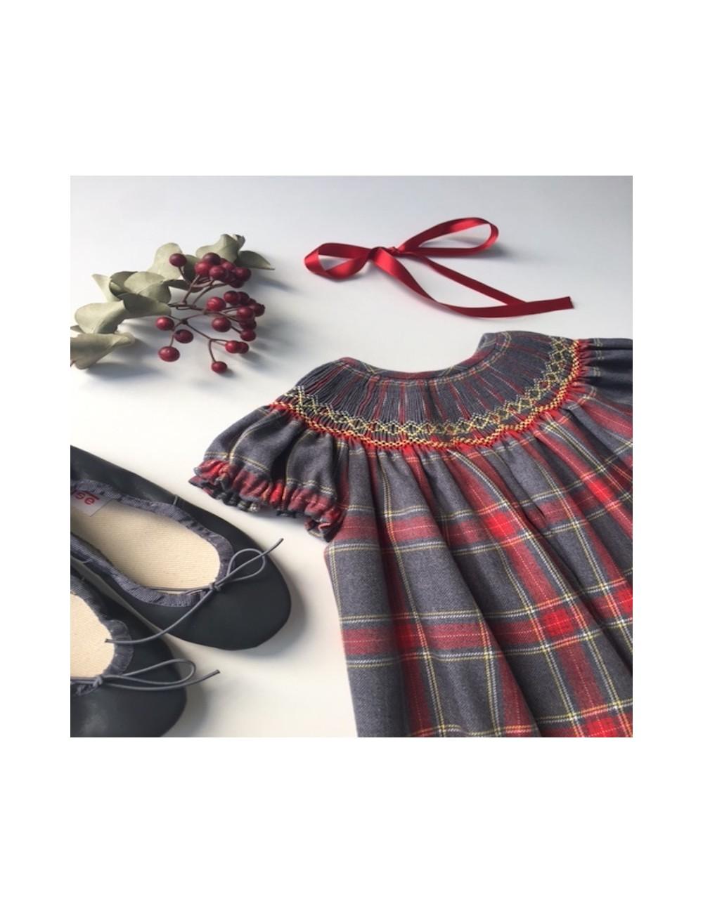 Vestidito tartán cuadro escocés en tonos rojo y gris con bordado nido de abeja y manguita corta, de la marca Dbb