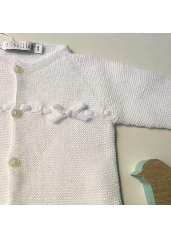 Chaqueta blanca con pasadas de cinta de terciopelo en el canesú, de la marca Paloma de la O.