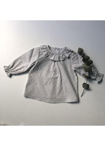 Blusa gris plumeti con cuello volante de la marca Paloma de la O