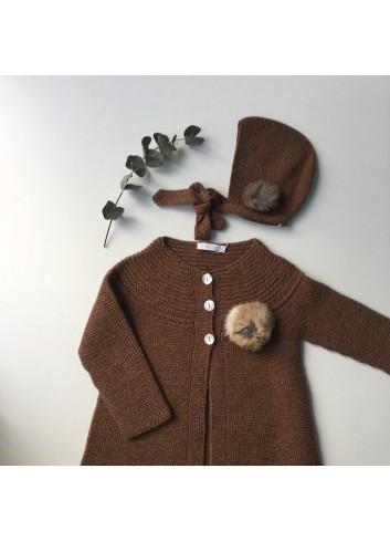 Capota de bigoré color ocre con borla natural de la marca Paloma de la O