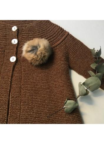 Abrigo color ocre con borla natural de la marca Paloma de la O