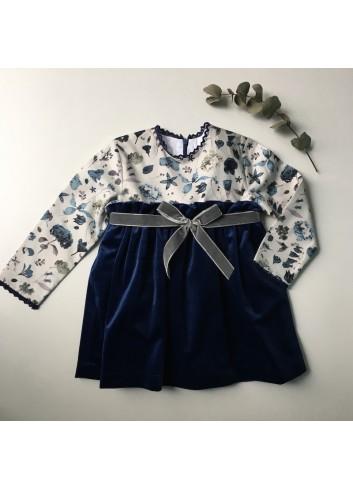 Vestido azul de terciopelo con canesú de flores de la marca Paloma de la O