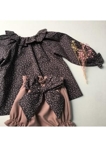 Blusa gris con florecitas rosadas y cuello de volante de la marca Paloma de la O