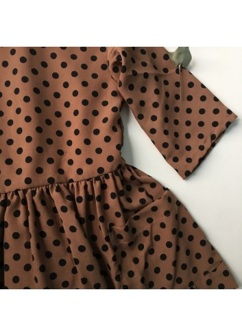 Vestido de lunares con corte en cintura y bolsillos laterales de la marca Mia y Lia