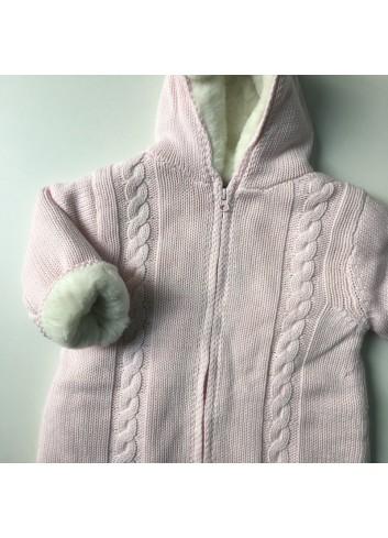 Saco de punto rosa con trenzas e interior de pelito blanco de la marca Al agua patos