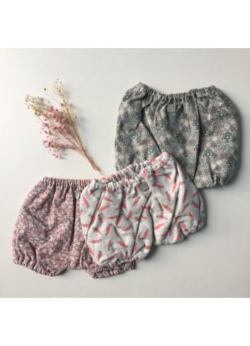 Culetín gris con estampado de florecitas rosas de la marca Al agua patos