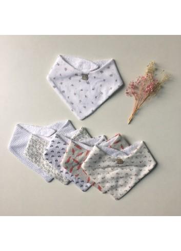 Babero para babitas estampado de florecitas gris y coral de la marca Al agua patos