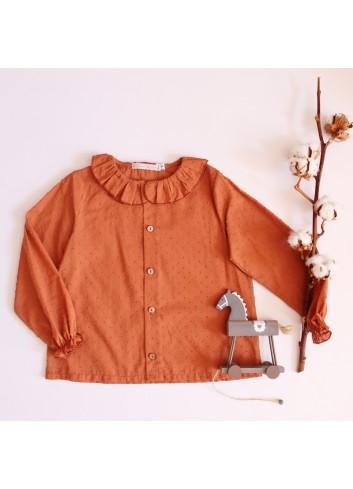 Camisa de plumetti color caldera con cuello de volante de la marca El tocador de Victoria