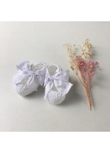 Patuco de punto blanco con lacito de plumetti de la marca Paloma de la O