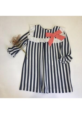 Vestido de felpa de rayas azul marino y blanco con detalle de lazo coral de la marca Pilar Batanero