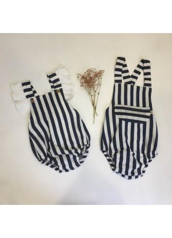 Ranita de felpa de rayas azul marino y blanco con detalle de volantito en los tirantes de la marca Pilar Batanero