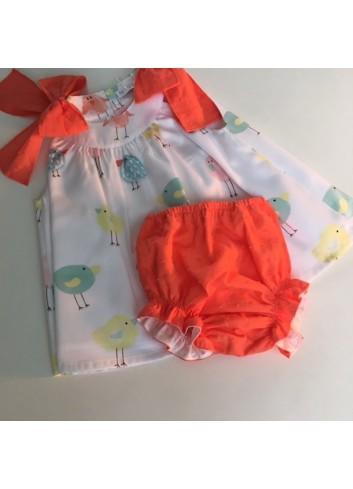 Mini vestido pollitos con lazos en los hombros y braguita de plumetti coral de la marca Paloma de la O