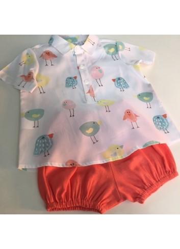 Conjunto 2 piezas compuesto por camisa polera cuello bebe pollitos y culetin de lino coral de la marca Paloma de la o