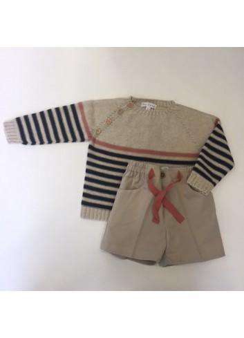 Conjunto formado por bermuda beige con cordon rosa y jersey de punto de rayas azul marino y rosa de la marca Fina Ejerique