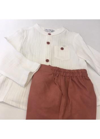 Conjunto compuesto por pantalon de vestir en tono rosado y camisa de bambula color crudo de la marca Fina Ejerique