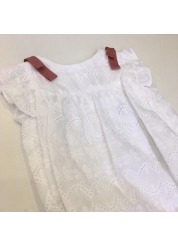 Pelele blanco bordado con detalle de lacitos rosados en los hombros de la marca Fina Ejerique