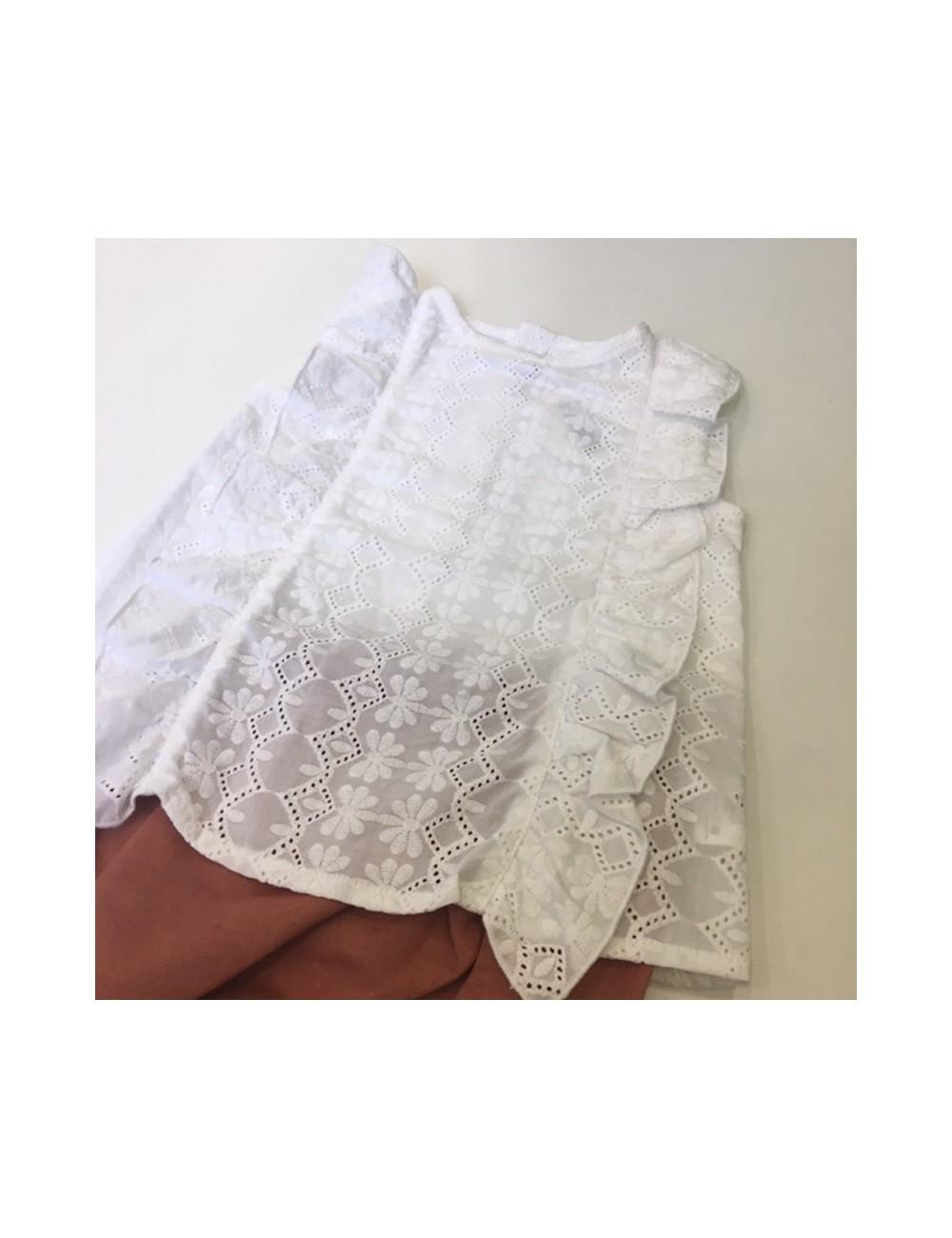 Conjunto compuesto por culetin de lino rosado y blusa sin mangas con bordados blanca de la marca Fina jerique