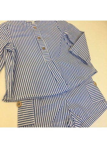 Conjunto formado por pantalon corto y camisa de rayas azul de la marca Fina Ejerique