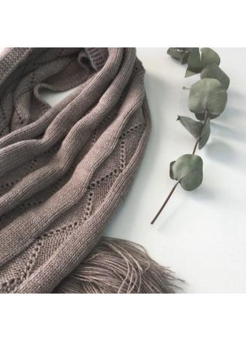 Bufanda gris de punto con borlas de la marca Mia y Lia, disponible en más colores.