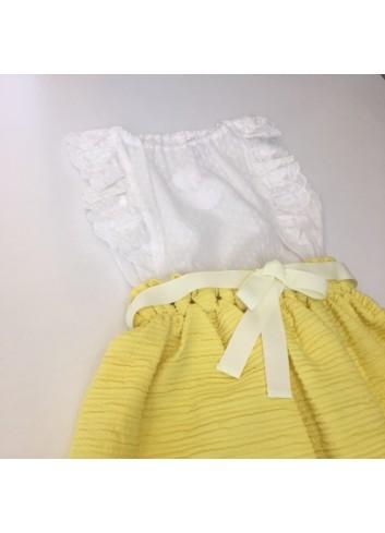 Conjunto formado por falda amarilla y blusa de gasa de la marca Fina Ejerique