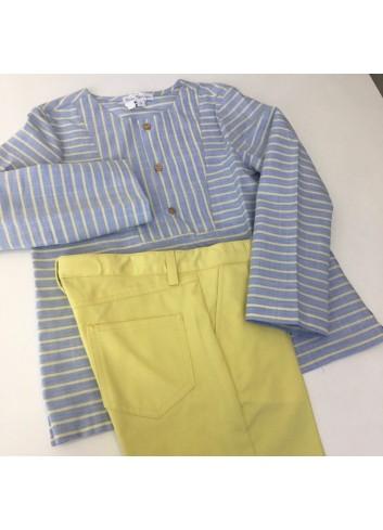 Conjunto formado por pantalon corto amarillo y camisa polera de rayas azul y amarillo de la marca Fina Ejerique