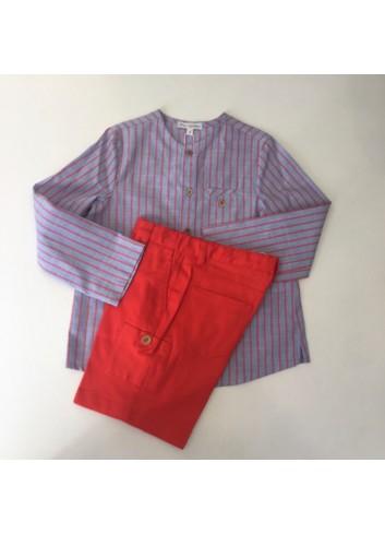 Conjunto formado por pantalon corto rojo  y camisa de rayas azul y rojo con bolsillo de la marca Fina Ejerique